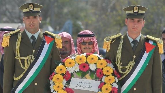 الامير السعودي الوليد بن طلال يضع اكليل من الورد على ضريح الرئيس الراحل ياسر عرفات في رامالله الضفة الغربية 4 مارس 2014 (أ ف ب)