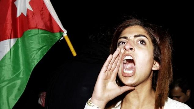 المئات يتظاهرون اما السفارة الاسرئيلية في الاردن يطالبون في اخلاء السفير، عمان ١٠ مارس ٢٠١٣ (بعدسة خليل مزراوي/ أ ف ب)