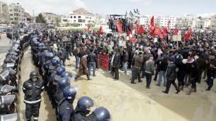 الشرطة الاردنية تتصدى للمتظاهرين احتجاجا على مقتل القاضي زعيتر امام السفارة الاسرائيلية في عمان ١٤ مارس ٢٠١٤ (بعدسة خليل مزرعاوي/ أ ف ب)