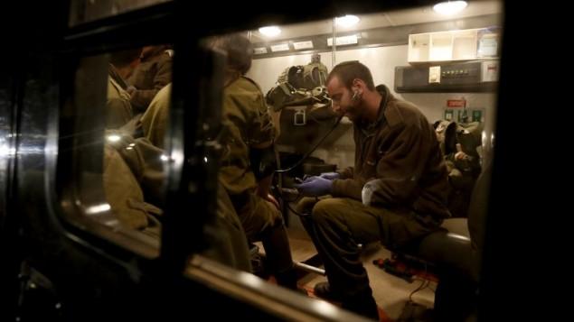 رجال الاسعاف يفحصون الجنود الاسرائيلين للتأكد من عدم اصابتهم  ١٤ مارس ٢٠١٤ (بعدسة جلاء  مرعي / أ ف ب)
