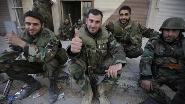 قوات الجيش الموالي للنظام في استراحة بعد معركة يبرود 16 مارس 2014 (بعدسة جوزيف عيد/ أ ف ب)