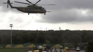 مروحية اسرائيلية تقوم باخلاء جندي اسرائيلي مصاب الى مستشفى رمبم في حيفا ١٨ مارس ٢٠١٤ (أ ف ب)