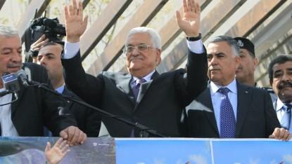 محمود عباس امام مؤيديه بعد عودته من واشنطن الى رام الله ٢٠ مارس ٢٠١٤ (أ ف ب/ محمود مومين)