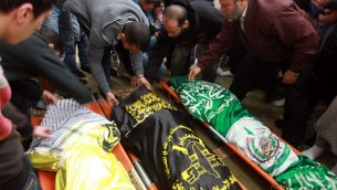 فلسطينيون خلال جنازة الثلاثة بينهم حمزة ابو الحجة من تنظيم عز الدين القسام الذين قتلوا في مخيم جنين بنيران الجيش الاسرائيلي 22 مارس 201 (بعدسة جعفر عشتية/ ا ف ب)