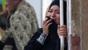 احد اقرباء انصار الرئيس المعزول محمد مرسي الثلاثاء امام محكمة جنايات المنيا (جنوب مصر) 24 مارس 2014 (STR /AFP)