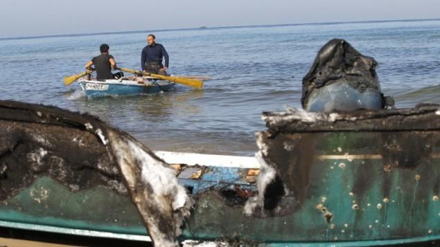 صورة للقارب المحطم بعد سحبه الى شاطئ رفح جنوب قطاع غزة 26 مارس 2014 (بعدسة سعيد خطيب/ ا ف ب)