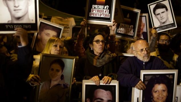 مظاهرة للعائلات الثكلى ضد اطلاق سراح الاسرى ٢٦ مارس ٢٠١٤ امام منزل رئيس الوزراء (أ ف ب)