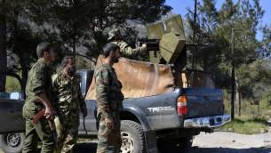 جنود موالون للنظام السوري يطلقون النار على قوات المعارضة، 27 مارس 2014 في قرية كسب اللاذقية (AFP PHOTO/STR)