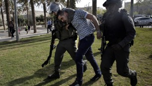 حرس الحدود الاسرائيلي يعتقل رجل فلسطيني في ذكرى يوم الارض ٢٩ مارس ٢٠١٤ (احمد جبالي/ أ ف ب)