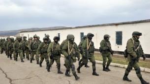 رجال مسلحون بزي عسكري يغلقون معبر الحدود الاوكراني في قرية برمالين بجانب سيمفيربول 2 مارس 2014 (أ ف ب)