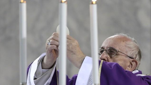 البابا فرانسيسكوس خلال صلاة في الفاتيكان ٦ مارس ٢٠١٤ (أ ف ب)