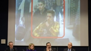 الأمين العام للإنتربول رونالد كينيث نوبل( في المركز) يتحدث بجانب المدير جان ميشيل لوبوتان خدمات الشرطة التنفيذية (على اليمين) ورئيس الموظفين رورايما أندرياني خلال مؤتمر صحفي حيث عرض صورة من اثنين من المشتبه بهم من المفقودين الخطوط الجوية الماليزية على MH370 11 مارس 2014، في مقر الانتربول في ليون (أ ف ب)
