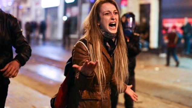 متظاهرة معارضة للنظام التركي تناقش شرطي خلال مظاهرة في انقرا تركيا 12 مارس 2014 (اديم عطلان/ أ ف ب)