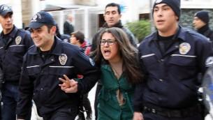 الشرطة التركية تحاول منع التجمع والتظاهر في انقرة تركيا ١٢ مارس ٢٠١٤ (أ ف ب)