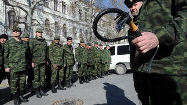 متطوع موالي لروسيا يحمل السوط خلال حفل اداء يمين الولاء في سيمفروبول 15 مارس 2014 (أ ف ب)
