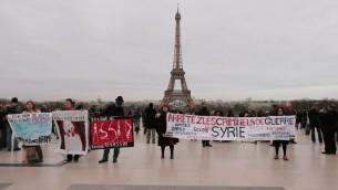 متظاهرون يحملون لافتات احتجاجا على الوضع في سوريا، بالذكرى السنوية الثالثة (أ ف ب/ جاك كيوز)
