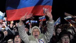 متظاهرون مؤيدون لروسيا في القرم بعد صدور نتائج استطلاع الانتخابات والي تقر بان اكثر من ٩٥ ٪ من المصوتين يؤيدون الانضمام الى سوريا ١٦ مارس ٢٠١٤ (أ ف ب)