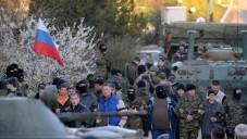 سيطر جنود روس من النخبة بدعم من اليات مدرعة على قاعدة اوكرانية في القرم السبت ٢٢ مارس ٢٠١٤ (بعدسة فيكتور دارتشف/ أ ف ب)