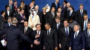 الرئيس الامريكي باراك اوباما مع امين عام الامم المتحدة بان كي مون بعد الصورة الجماعية للقادة العالميين في نهاية القمة الثالثة للامن النووي (بعدسة روبين فان لونكهويسن/ أ ف ب)