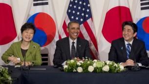 (من اليسار الى اليمين) رئيسة جنوب كوريا بارك جوين هاي, رئيس الولايات المتحدة باراك اوباما ورئيس وزراء اليابان شينزو آبي في مؤتمر صحفي ثلاثي في السفارة الامريكية بهولاندا 25 مارس 2014 (بعدسة سول ليوب/ أ ف ب)