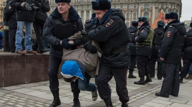 اشتباكات بين متظاهرين معارضين للتدخل الروسي في اوكرانيا والجيش الروسي في موسو ٢ مارس ٢٠١٤ (أ ف ب )