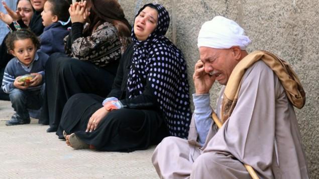 اقرباء انصار الرئيس المعزول محمد مرسي الثلاثاء امام محكمة جنايات المنيا (جنوب مصر) 24 مارس 2014 (STR /AFP)