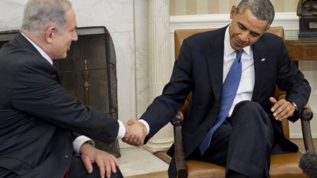 الرئيس اوباما يصافح رئيس الحكومة الاسرائيلي بنيامين نتنياهو في لقائهما في واشنطن 3 مارس 2014 (أ ف ب)