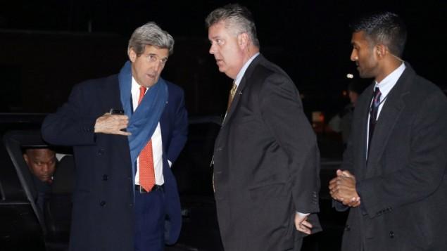 وزير الخارجية جون كيري قبل صعوده على متن الطائرة المتجهة الى اوكرانيا ٣ مارس ٢٠١٤ (أ ف ب)