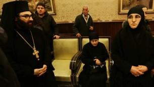 الراهبات المخطوفات بعد ان وصلن جديدة يابوس في الجهة السورية من الحدود مع لبنان (أ ف ب)