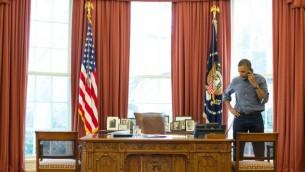 رئيس الولايات المتحدة باراك اوباما في مكالمة هاتفية مع نظيره الروسي فلاديمير بوتين بموضوع اوكرانيا 01.03.2014  (photo credit: Pete Souza/White House/Flickr )