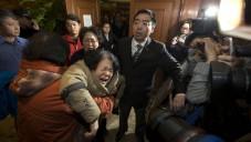 عائلات المفقودين بعد سماع تأكيد خبر سقوط الطائرة الماليزية في المحيط بيجين ٢٤ مارس ٢٠١٤ (بعدسة جو شاي هن/ أ ف ب)