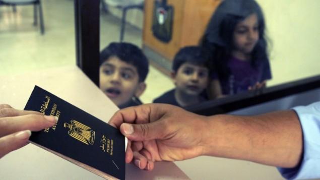 جواز سفر مصري في معبر رفح (بعدسة عبد الرحيم خطيب/ فلاش ٩٠)