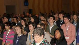 """شباب انجيليون يصلون في كنيسة المسيح في مؤتمر """"الحاجز"""" 12 مارس 2014 (مقدمة من كلية الانجيل بيت لحم)"""