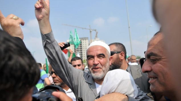 الشيخ رائد صلاح، زعيم الحزب الشمالي للحركة الإسلامية في إسرائيل امام سجن رملة ٢٠١٠ (فلاش ٩٠)
