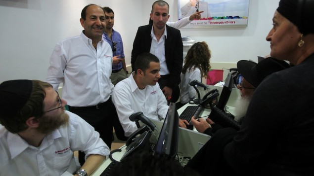 رامي ليفي (في المركز) في زاوية الهواتف النقالة في احد حوانيته (بعدسة يوسي زمير/ فلاش ٩٠)