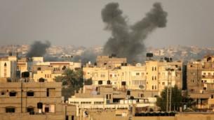 دخان يتصاعد من مدينة غزة بعد غارة اسرائيلية ٢٠١٢ (عبد الرحيم خطيب/ فلاش ٩٠)