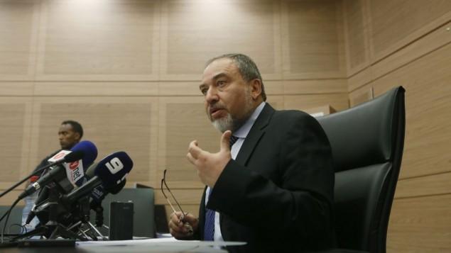 وزير الخارجية افيجدور ليبرمان في مؤتمر صحفي بالكنيست (بعدسة ميريام الستير/ فلاش ٩٠)
