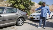 """رجل يشير الى كتابات """"دفع ثمن"""" في بيت صفافا ٢٧ اغسطس ٢٠١٣ (يوناتان سنايدل/ فلاش ٩٠)"""