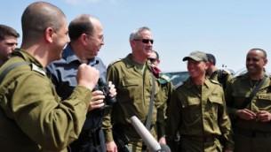 وزير الدفاع موشي يعالون مع رئيس اركان الجيش بيني جانز في زيارة الى الضفة الغربية (فلاش ٩٠)