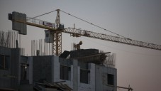 رافعة اثناء عملية بناء مستوطنة هار حوما جنوب شرق القدس ٢٠١٣ (فلاش ٩٠)