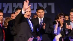 بنيامين نتنياهو بعد ظهور نتائج الاستطلاع قبل الانتخابات وبجانبه يحتفل عضو الكنيست لحزب الليكود داني دانون ١٣ يناير ٢٠١٣ (مريام الستير/ فلاش٩٠)