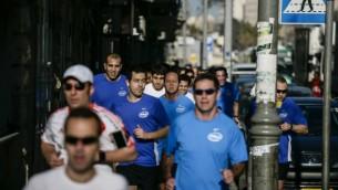 العدائون اثناء تحضيرات للمراثون ومن بينهم رئيس بلدية القدس نير بركات ١٩ مارس ٢٠١٤ (فلاش ٩٠)