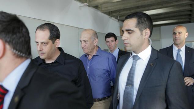 رئيس الوزراء السابق اهود اولمرت مع محاميه يتحضر لادلاء الشهادة في قضية هوليلاند ١ اوكتوبر ٢٠١٣ (بعدسة تال شاحار/ فلاش ٩٠)