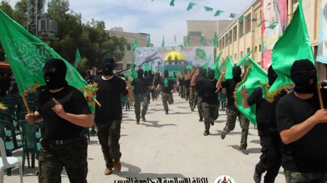 ملثمون في مظاهرة تأييد لحماس في جامعة القدس 23 مارس 2014 ( Islamic Bloc Facebook page)