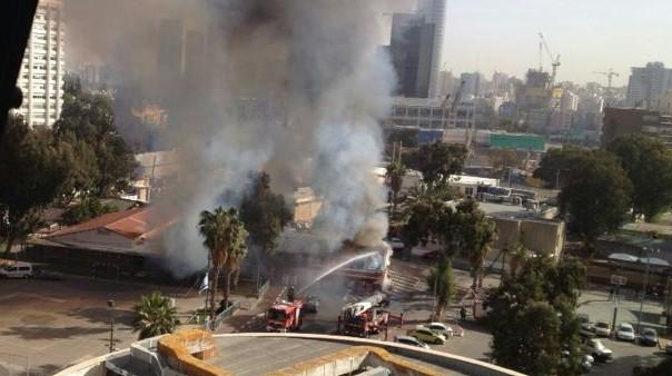 النيران في المقر المركزي للجيش الإسرائيلي في تل أبيب اليوم الأربعاء 5.3.2014 (بعدسة نوعا كوهن)