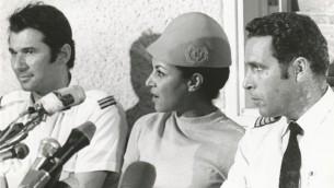 أوري بار ليف (يمين) مع جانت دارميجان وافراهام ايزينوف في مؤتمر صحفي عند عودتهم السالمة البلاد سبتمبر ١٩٧٠ (مقدمة من ارشيف ال عال)