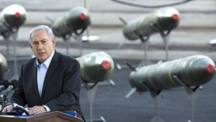 رئيس الوزراء بنيامين نتنياهو يعقد مؤتمر صحفي في جنوب ميناء ايلات 10 مارس 2014 خلال عرض صواريخ M-302 التي وجدت على متن السفينة (أ ف ب/ جاك جيوز)