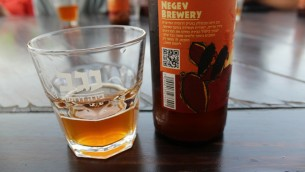 جعة باطعمة مختلفة في مصنع كريات جات للجعة في النقب (بعدسة ربيكا مكينزي/ طاقم تايمز اوف اسرائيل)
