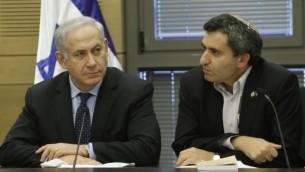 رئيس الوزراء بنيامين نتنياهو ونائب وزير الخارجية زئيف الكين في اجتماع لحزب الليكود في الكنيست يوليو 2013 (بعدسة ميريام الستير/ فلاش 90)