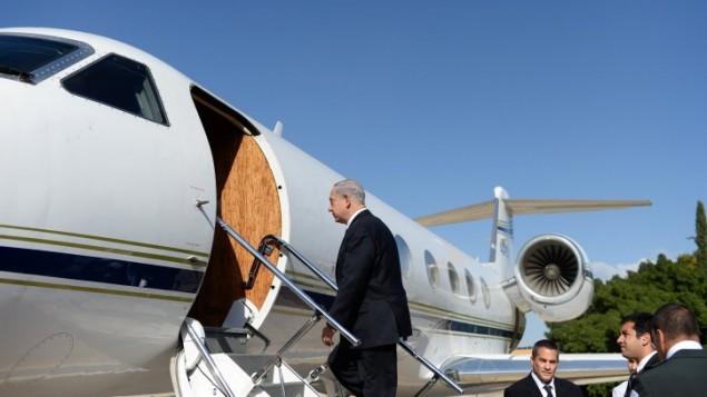 رئيس الوزراء بنيامين نتانياهو يصعد على متن طائرة متجهة الى روسيا 14 مايو 2013 (فلاش 90)